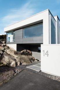 Dům vyšlý z módy proměnili ve vilu ve stylu Bauhaus  - Zářivá barva betonových konstrukcí kontrastuje se šedivými povrchy a barvou profilů fasádních systémů Schüco FW 50+.HI. - foto: Sofia Sabel, Gothenburg