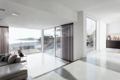 Dům vyšlý z módy proměnili ve vilu ve stylu Bauhaus  - Pevná i posuvná křídla se skly od podlahy až ke stropu a s kolejnicemi zapuštěnými v podlaze nabízejí panoramatické výhledy na okolní krajinu (systémy Schüco FW 50+.HI a Schüco ASS 50).  - foto: Sofia Sabel, Gothenburg