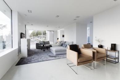 Dům vyšlý z módy proměnili ve vilu ve stylu Bauhaus  - Terasy a venkovní prostředí je snadno přístupné skrze posuvné systémy se zdvihem Schüco ASS 50.  - foto: Sofia Sabel, Gothenburg