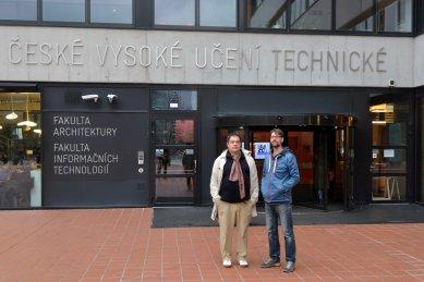 Rozhovor s Vasou J. Perovićem - Vasa J. Perović a Josef Čančík před budovou FA ČVUT - foto: Petr Šmídek, 2018
