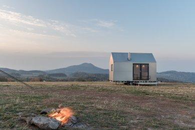 Designový domek Mobile Hut má kola, jezhliníkového plechu, ale ctí archetypální tvar českého domu