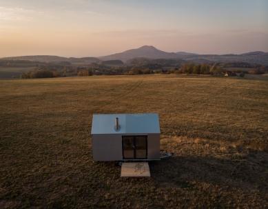 Designový domek Mobile Hut má kola, jezhliníkového plechu, ale ctí archetypální tvar českého domu - K přesunu domku Mobile Hut potřebujete jen větší osobní auto s tažným zařízením, tzv. koulí. Postavit ho můžete kdekoli bez stavebního povolení.