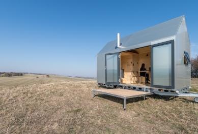 Designový domek Mobile Hut má kola, jezhliníkového plechu, ale ctí archetypální tvar českého domu - Hliníkový design domku na kolech Mobile Hut si řekl o tepelně izolované hliníkové okenní profily Schüco AWS 50 s pohledovou šířkou pouze 40 mm (vyklápěné ven) a dveře Schüco ADS 50 s dvojitým bezpečnostním sklem.
