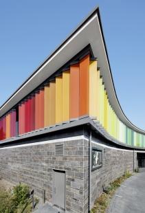 Energeticky úsporná budova institutu RAL hraje všemi barvami - Žaluziové lamely poskytují zastínění a snižují přehřívání i energetické ztráty a při úplném zavření navíc vytvoří klimatickou ochranu. - foto: Cornelia Suhan