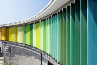 Energeticky úsporná budova institutu RAL hraje všemi barvami - Fasáda je osazena velkoformátovými žaluziovými lamelami Schüco ALB, které jsou 3 až 3,5 metru vysoké a pohybují se pomocí motorů a převodových skříní zabudovaných v hliníkových nosných profilech. - foto: Cornelia Suhan