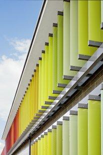 Energeticky úsporná budova institutu RAL hraje všemi barvami - Velkoformátové žaluziové lamely jsou pokryty tečkovaným rastrem aplikovaným metodou sítotisku a lze je natáčet až o 90°, díky čemuž mohou automaticky měnit polohu dle úhlu dopadu slunečního světla. - foto: Cornelia Suhan
