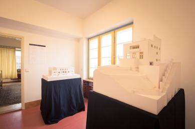 Adolf Loos Modely - výstava ve Winternitzově vile - V popředí model Müllerovy vily a vzadu vila Viktora Bauera v Hrušovanech