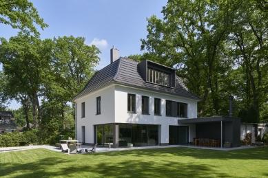 Renovace rodinného domu v německém městě Bergisch Gladbach - Pohled ze zahrady: Citlivé plánování rozměrů, členění a umístění otvorů v rámci fasády umožnilo zachování původního charakteru objektu.