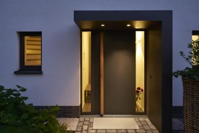 Renovace rodinného domu v německém městě Bergisch Gladbach - Biometrický systém kontroly vstupu Schüco se zabudovanou čtečkou otisků prstů se v praxi výborně osvědčil (Schüco ADS 75.SI se systémem Fingerprint).