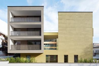 Centrum psychiatrické rehabilitace vBolzanu zdobí drážkovaná lineární fasáda s texturou StoSignature