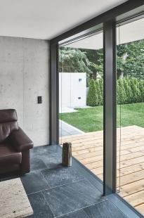 Soukromý dům v německém Gersthofenu ve stylu Miese van der Rohe - Fasáda tvořená prosklenými panely na výšku celé místnosti, které zahrnují i velkoformátové otvíravé části, umožňuje splynutí interiéru s venkovním prostorem (Schüco AWS 35 PD.SI). - foto: Christian Eblenkamp