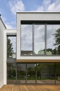 Soukromý dům v německém Gersthofenu ve stylu Miese van der Rohe - Prosklené napojení na sousední objekt. - foto: Christian Eblenkamp