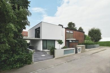 Soukromý dům v německém Gersthofenu ve stylu Miese van der Rohe - ar, uspořádání, materiály i transparentnost objektu odpovídají klasickému modernímu stylu. - foto: Christian Eblenkamp