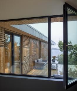 Villa Melstokke, ostrov Karmøy - Menší ze dvou teras v přízemí je orientována na jih. Kromě posuvných dveří nabízejí v letních měsících v celém domě možnost větrání také okna (Schüco AWS 70.HI). - foto: Sindre Ellingsen, Sandnes (Norsko)