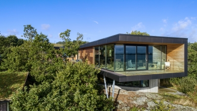Villa Melstokke, ostrov Karmøy - Betonová základna s integrovaným přízemím jako by vyrůstala ze skalnatého terénu, v horním patře nad ní se pak jako vyhlídková plošina vznáší dřevěná konstrukce. - foto: Sindre Ellingsen, Sandnes (Norsko)