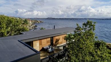 Villa Melstokke, ostrov Karmøy - Neprůhledné části obvodového pláště budovy jsou tvořeny fasádními panely a dřevěným obložením v černých, šedých a hnědých tónech. Architekt zde zvolil barvy a materiály z okolní přírody. - foto: Sindre Ellingsen, Sandnes (Norsko)