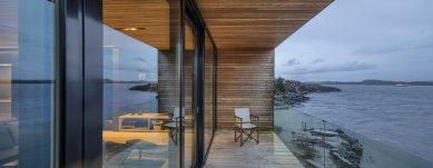 Villa Melstokke, ostrov Karmøy - Rodinný pokoj o ploše 91 m2 v horním patře nabízí nádherný panoramatický výhled, umocněný fasádou tvořenou celostěnnými okny, která zasahuje za roh (fasádní systém Schüco FWS 50.HI v kombinaci s posuvným systémem se zdvihem Schüco ASS 70.HI). - foto: Sindre Ellingsen, Sandnes (Norsko)