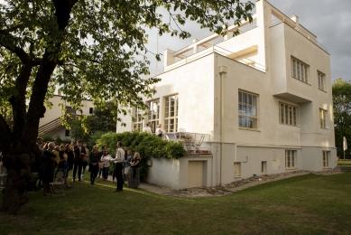 Oslava 100 let vypínačů berker a školy Bauhaus proběhla ve Winternitzově vile - Prohlídka Winternitzovy vily pod taktovkou spolumajitele vily Davida Cysaře