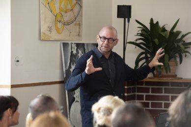 Oslava 100 let vypínačů berker a školy Bauhaus proběhla ve Winternitzově vile - Šéf designu skupiny Hager Erwin van Handenhoven během své přednášky o vývoji vzhledu vypínačů berker.