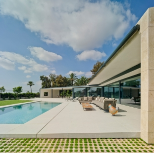 Posuvná fasáda, která respektuje náladu obyvatel - Sedlová střecha s mírným sklonem přesahuje na straně směrem k bazénu hmotu budovy, a nabízí tak další zastínění. - foto: Schüco International KG / David Frutos