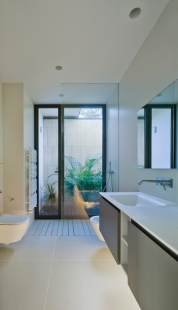 Posuvná fasáda, která respektuje náladu obyvatel - Koupelny disponují přirozeným osvětlením ze skrytého vnitřního atria (okna: Schüco AWS 50.NI). - foto: Schüco International KG / David Frutos