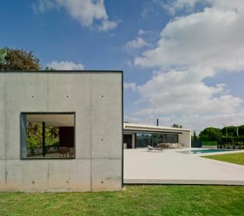 Posuvná fasáda, která respektuje náladu obyvatel - Postranní zakončení zastřešené terasy provedené v pohledovém betonu. - foto: Schüco International KG / David Frutos