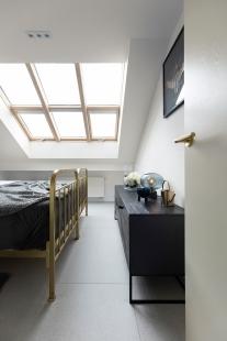 Výrazné akcenty mosazi v bytě pro mladou studentku - foto: Juliana Vlčková