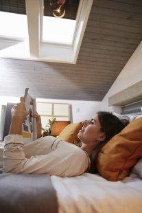 I starší manuálně otvíraná střešní okna VELUX lze proměnit v chytrá