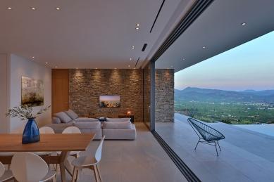 """Středomořská vila se po celé své délce otevřela nekonečným výhledům - Všechny čtyři posuvné díly lze """"zaparkovat"""" za sebou tak, aby nerušily výhled z obývacích a jídelních prostor. Tím vznikne maximální možný průhled široký 9 m. - foto: Schüco , Konstantinos Thomopoulos"""