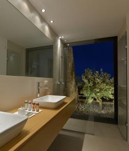 Středomořská vila se po celé své délce otevřela nekonečným výhledům - Velkorysé výhledy na okolní olivový háj z koupelny: otvíravě-sklopné okno Schüco AWS 70 BS.HI. - foto: Schüco , Konstantinos Thomopoulos