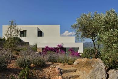 Středomořská vila se po celé své délce otevřela nekonečným výhledům - foto: Schüco , Konstantinos Thomopoulos