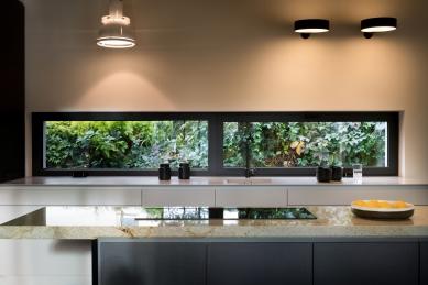 Dům, který se na dotek otvírá majitelům ipřírodě - Profily Schüco byly opatřeny speciálně namíchanou strukturální barvou CARBON 01, komfort zvyšuje elektricky ovládaná ventilace.