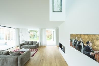 Když se potkají představy architekta aklienta - Vnější zeď na straně orientované do ulice je ve spodním podlaží oživena výtvarným dílem a je v ní zabudován krb, který lze používat z obou stran. - foto: Olaf Herzog