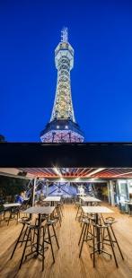 Café Re:public = jiný úhel pohledu na Petřín - Hlavní prostor je vproskleném patře a nabízí panoramatické výhledy do celého parku a zeleně vněm. Na střešní terase pak mají hosté Petřínskou věž doslova na dosah ruky.  - foto: Lukáš Legierski