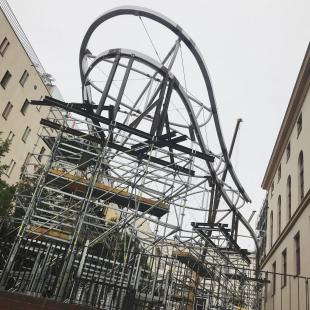 Na nádvoří Uměleckoprůmyslového muzea v Brně vyrůstá dominanta vpodobě mraku