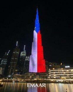 Nejvyšší mrakodrap světa v Dubaji rozsvítila česká trikolóra