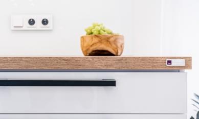 Značení pro nábytek 9× jinak: Designové, elegantní, odolné - 3D ražený hliník pro kuchyně Damio dokazuje, jak umí být kartáčování spolu s kombinací fialové a stříbrně lesklé ražby vkusné a moderní.<br>Díky extrémně přilnavému pěnovému lepidlu vydrží štítky na svém místě po celou dobu používání kuchyně.