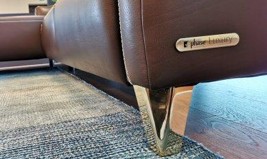 """Značení pro nábytek 9× jinak: Designové, elegantní, odolné - Hliníkové štítky na sedací soupravy Phase v černo zlatém provedení pro edici """"Luxury"""". Zahloubená ražba loga a textů v černé barvě zvýrazňuje 3D plasticitu štítku.<br>Díky vhodnému výběru pěnového lepidla štítek spolehlivě drží na čalouněných i kožených površích."""
