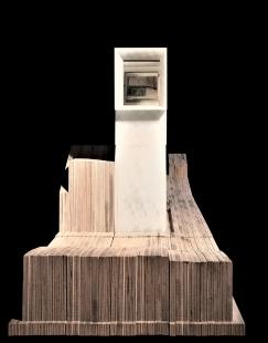 V zrcadlech zrcadla - Petr Hájek, Dům Periskop, model. Čelní pohled z ulice, na fasádě okno sprimárním zrcadlem periskopu. Materiál překližka, PLA 3D tisk - foto: Petr Hájek