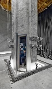 V zrcadlech zrcadla - Vodárenská věž v ulici Na Výšinách v Praze 7, Velký sál.  Do historického komínu  parního stroje věže je umístěno optické zařízení na principu periskopu - foto: Benedikt Markel