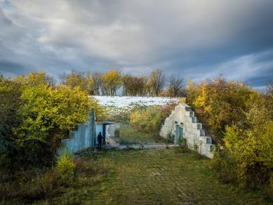 V zrcadlech zrcadla - Zrcadlová stěna krematoria Věčná loviště v Drnově, provoz krematoria je vestavěn do bunkru masivu kopce, a je tak skrytý pohledům - foto: Benedikt Markel