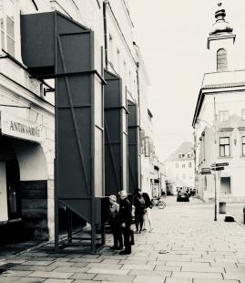 V zrcadlech zrcadla - Druhý den po vernisáži, prohlídka expozice skrze periskopy z náměstí - foto: Petr Hájek
