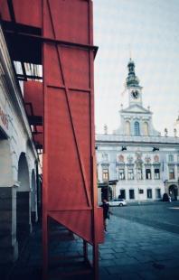 V zrcadlech zrcadla - Periskop, v pozadí budova radnice - foto: Petr Hájek