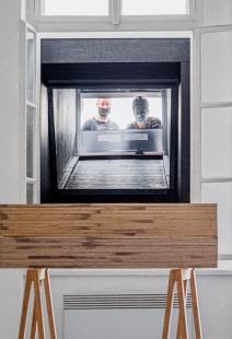 V zrcadlech zrcadla - Dva pozorovatelé stojící na náměstí vrouškách se zrcadlí vprvním podlaží galerie - foto: Benedikt Markel
