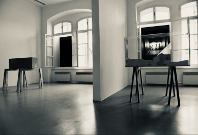V zrcadlech zrcadla - Galerie, interiér. Vkaždém výstavním prostoru je před okno speriskopem umístěn jeden model - foto: Petr Hájek
