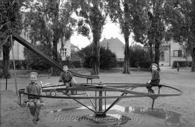 Obnova parku na Mírovém náměstí vHodoníně - 1956
