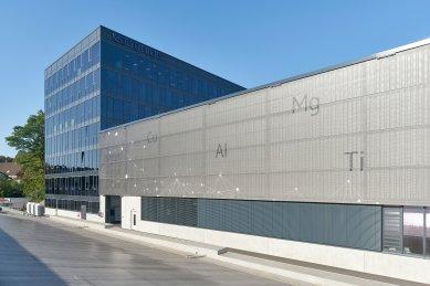 Systémy Schüco na nové kancelářské budově a výrobní hale: Samozatmavovací sklo a potištěná textilní fasáda - Tkanina je digitálně potištěna chemickými symboly různých kovů a sítí jemných, jasných čar a bodů, které připomínají řetězce molekul. - foto: Christian Eblenkamp
