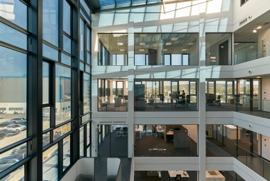 Systémy Schüco na nové kancelářské budově a výrobní hale: Samozatmavovací sklo a potištěná textilní fasáda - Vnější fasáda a střecha atria jsou vybaveny adaptabilním sklem se stíněním proti slunci. Půdorysy podlaží jsou otevřené a obsahují velké i malé kanceláře, zasedací místnosti i obslužné prostory. - foto: Christian Eblenkamp
