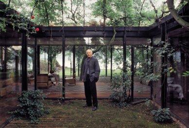 K úmrtí Gottfrieda Böhma - Gottfried Böhm na snímku z poloviny 80. let před svým domem v Kolíně nad Rýnem, který si postavit v 50. letech. - foto: Dieter Liestner