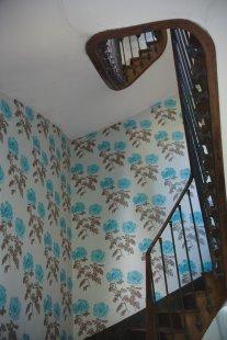 Japonské inspirace v interiérech - Na schodišti je použita tapeta Tokyo Dahlia ocean. - foto: © Designers Guild